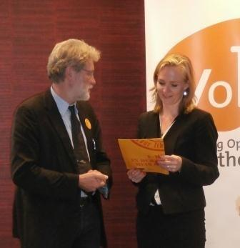 Klaus-Peter Böttger (President) handed over the petition to Marietje Schaake (MEP, ALDE)