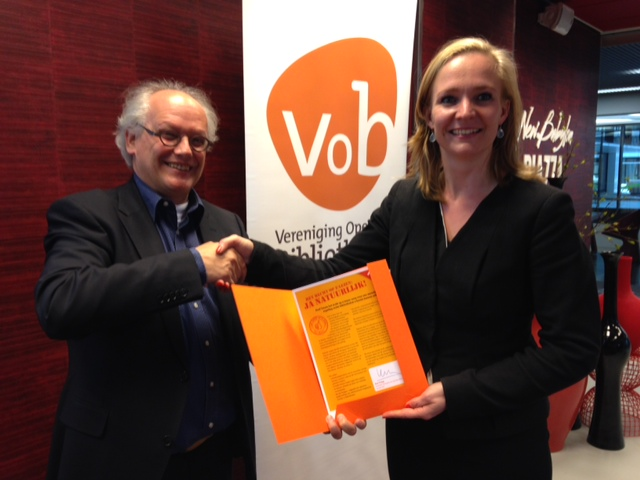 Ap de Vries, Director of the Netherlands Pubic Library Association handed over the Dutch petition to Marietje Schaake (MEP, ALDE)